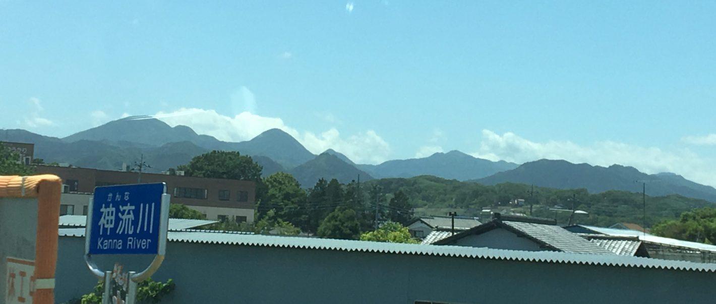 神流川の向こうに見える秩父の山。上毛三山ではないけれど、関越から撮影。